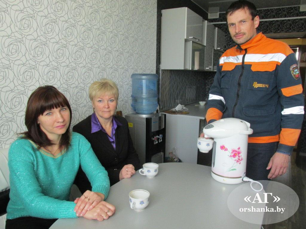 в комнате приема пищи экономист Татьяна Ефременко, специалист отдела кадров Алла Альховик и механик Дмитрий Халиков