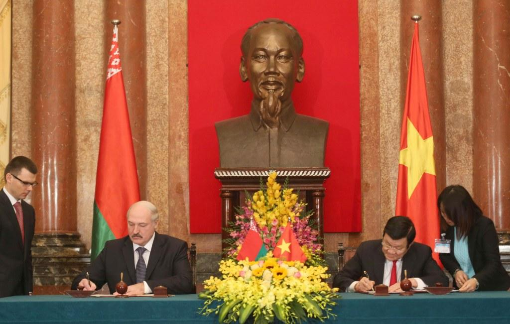 Александр Лукашенко и Чыонг Тан Шанг во время подписания документов по итогам переговоров. Фото БЕЛТА.