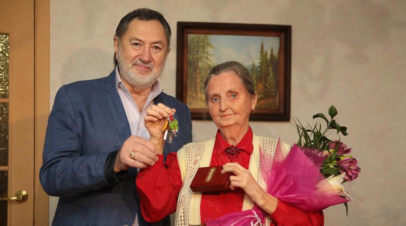 Анатолий Ярмоленко вручил ключи от 1-комнатной квартиры жительнице Минска Марии Алексеевне Ромашко