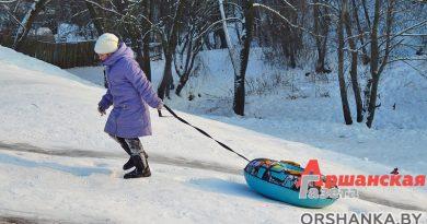 По всей Беларуси дети травмируются, катаясь с ледяных склонов. Обследуем горки в Орше