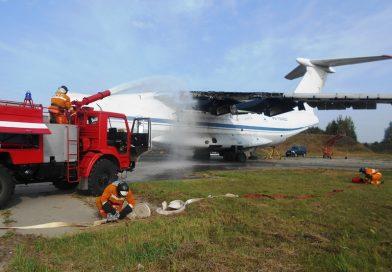 Оршанские спасатели тушили самолет на учениях
