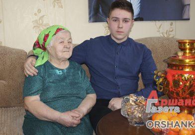Скромный герой. В Оршанском районе внук вывел бабушку из горящего дома | видео