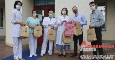 В Орше БРСМ подарил вышиванки новорожденным