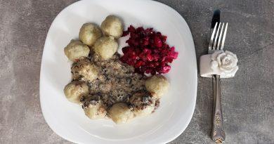 Клецки с  домашним винегретом и грибным соусом