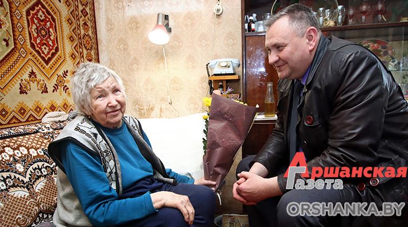 Председатель райисполкома поздравил Зинаиду Короткую с Днем Победы