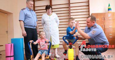 Сотрудник Оршанского РУВД передал детской поликлинике тренажеры