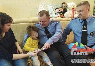 Сотрудник  милиции Оршанского УВД  Дмитрий Вишневский  помог маленькому оршанцу   видео